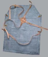 Kožená truhlářská zástěra se všitými kovovými pásy proti zpětnému vrhu šedá