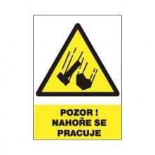 """Tabulka """"Pozor! Nahoře se pracuje"""" plastová rozměr 210 x 297 mm symbol trojúhelníku s padajícím kladivem a kamenem žluto/bílo/černá"""